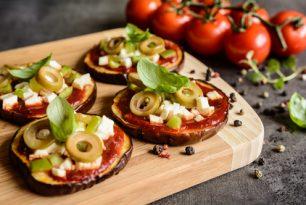 Mini pizzas d'aubergines aux olives et tomates