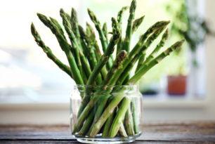 Asperges et sauce aux herbes aromatiques